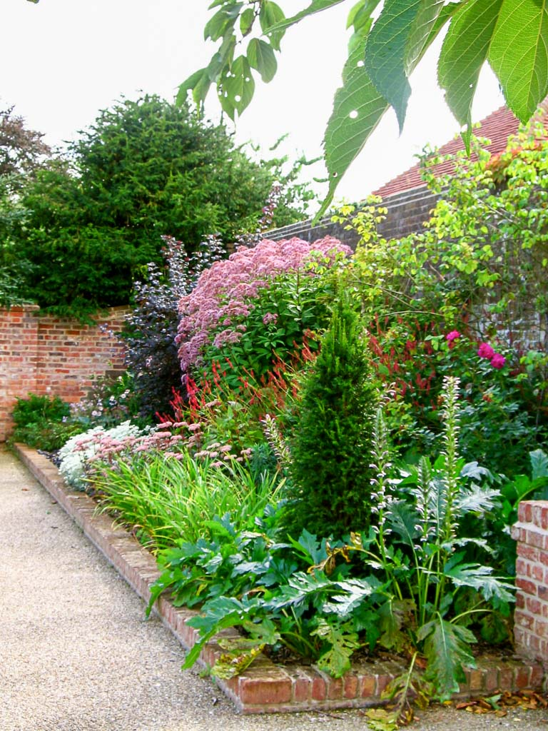 photo of a garden border scheme planted by gardening company Babylon Design Oxfordshire